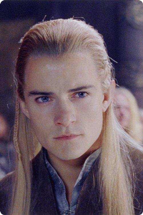 même avec des cheveux longs blonds une demi,queue et des petites tresses,  Orlando Bloom a réussi à faire craquer 50% des femmes de la salle de cinéma.