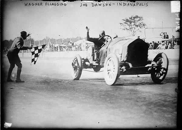1912_Indianapolis_500,_Joe_Dawson_winning