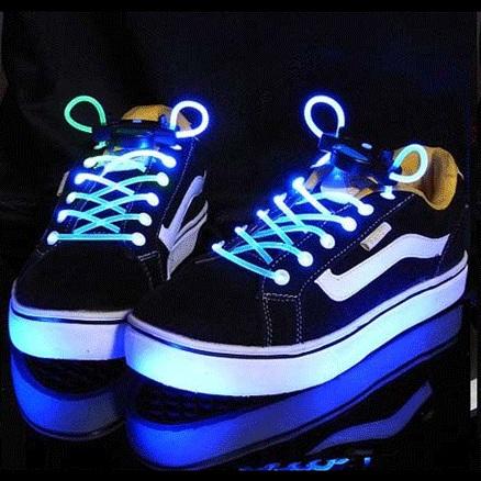 des lacets de chaussures lumineux topito. Black Bedroom Furniture Sets. Home Design Ideas