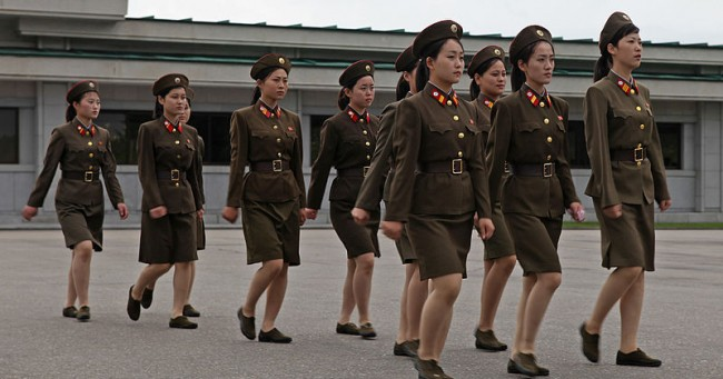North_Korea_-_Army_and_women_soldiers_(5015260495)