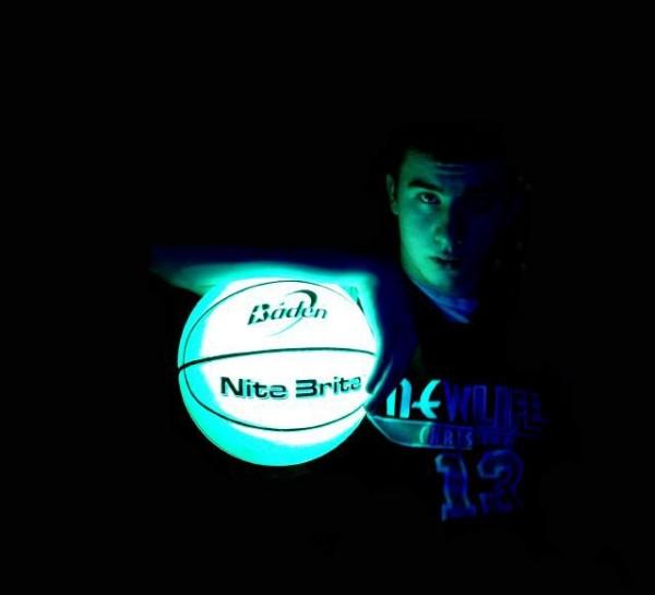 un ballon de basket qui brille dans la nuit topito. Black Bedroom Furniture Sets. Home Design Ideas