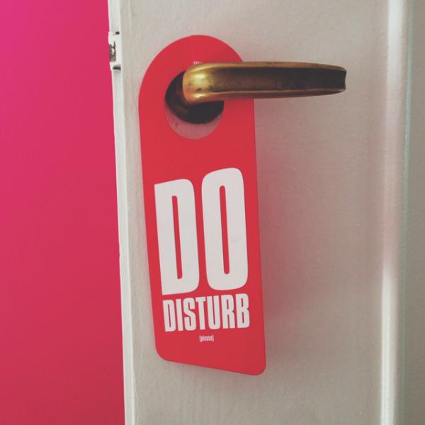 Une Pancarte Do Disturb Accrocher Sur Sa Porte De