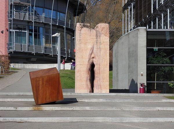 800px-Skulptur_tuebingen_vulva_resultat