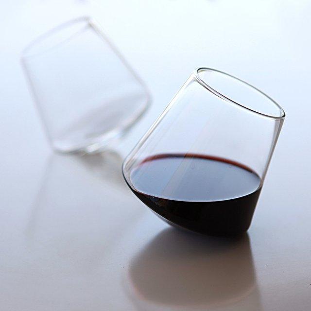 des verres vin un peu pench s topito. Black Bedroom Furniture Sets. Home Design Ideas