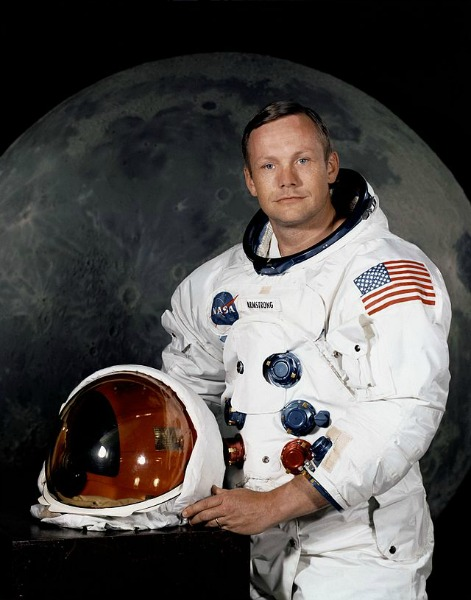 640px-Neil_Armstrong_pose