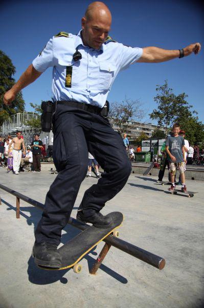 cop-skataboard