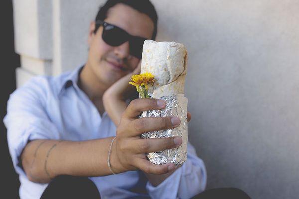 man-takes-romantic-engagement-photos-with-a-burrito-david-sikorsky-kristina-bakrevski-san-francisco-2_resultat