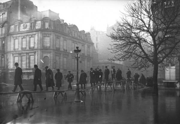 04 Paris_1910_Inondation_avenue_Montaigne_(3)