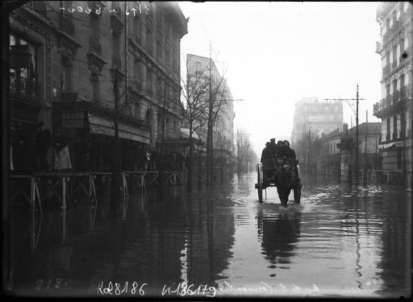 La_rue_de_la_Convention_lors_des_inondations_de_1910