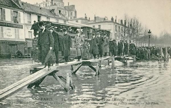 ND_141_-_PARIS_-_La_Grande_Crue_de_la_Seine_-_Rétablissement_de_la_circulation_par_passerelles_au_Quai_de_Passy_inondé