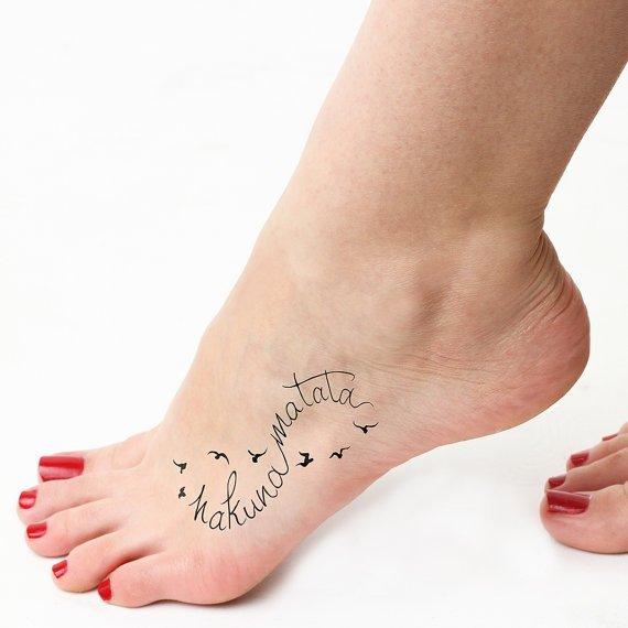 Un tatouage hakuna matata avec probablement plein de petits zazous qui volent autour topito - Tatouage hakuna matata ...