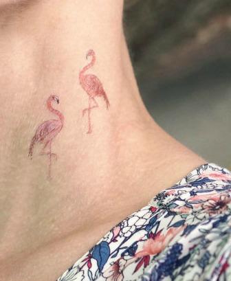 un tatouage temporaire flamant rose le plus cool des oiseaux topito. Black Bedroom Furniture Sets. Home Design Ideas