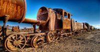 1024px-Old_rusty_train_on_desert_near_the_town_of_Uyuni_-_October_2007