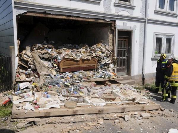 hoarding-explose