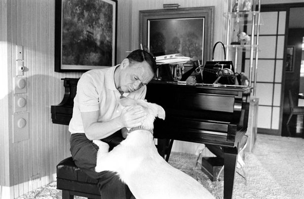 Frank Sinatra and his dog, Ringo, at Sinatra's home in Palm Springs, California, in 1965 (1)_resultat