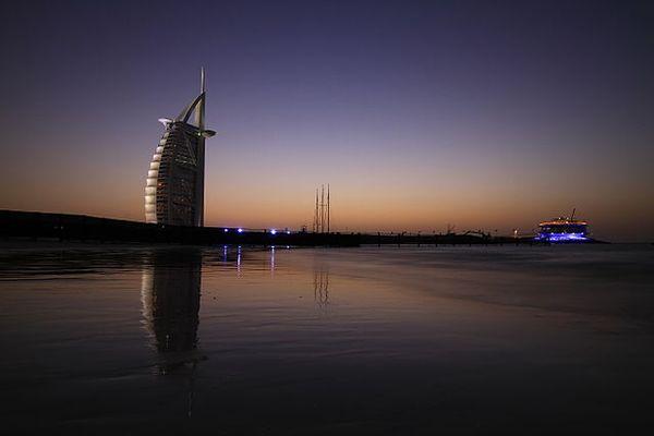 640px-Burj_Al_Arab_and_360_degree_club,_Dubai,_UAE_resultat