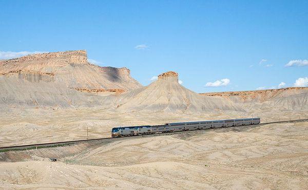 800px-Amtrak_California_Zephyr_Green_River_-_Floy,_Utah_resultat