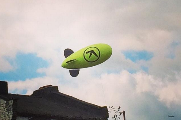 there-was-a-aphex-twin-blimp-flying-over-london-today_resultat