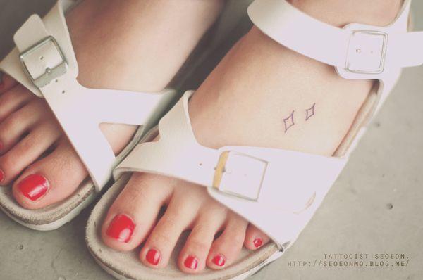 minimalistic-feminine-discreet-tattoo-seoeon-16_resultat
