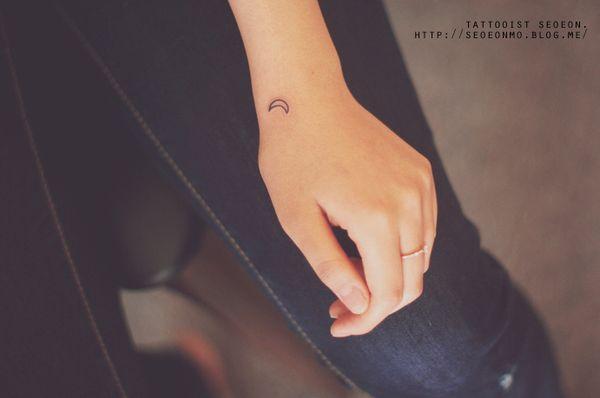 minimalistic-feminine-discreet-tattoo-seoeon-17_resultat