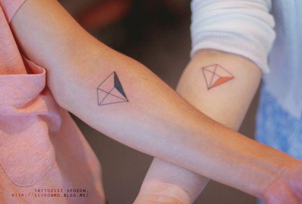 minimalistic-feminine-discreet-tattoo-seoeon-1_resultat