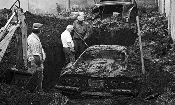 a99051_01-the_real_story_behind_a_buried_ferrari